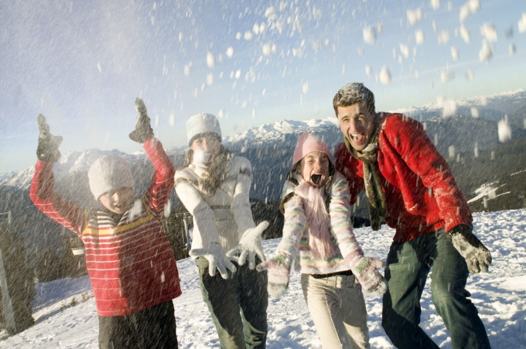 Famille aux sports d'hiver